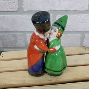 Vintage Salt & Pepper Kissing Couple  Green Red